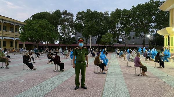 Lấy mẫu xét nghiệm cho người dân ở huyện Thuận Thành, Bắc Ninh.
